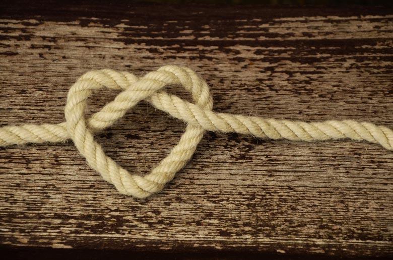 Foto: Seil das zu einem Herz verknotet wurde...