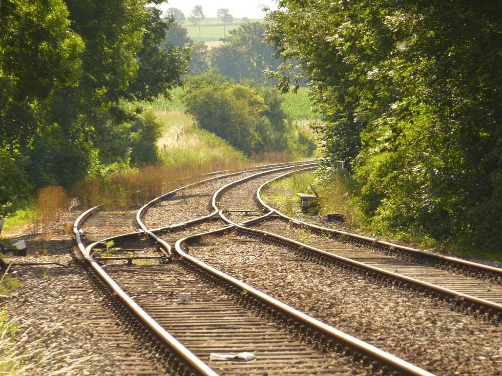 Foto: verlassene Bahngleise, die verschiedene Abzweigungen haben.
