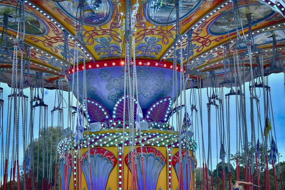 Foto: oberes Ende eines farbenfrohen Karussels.