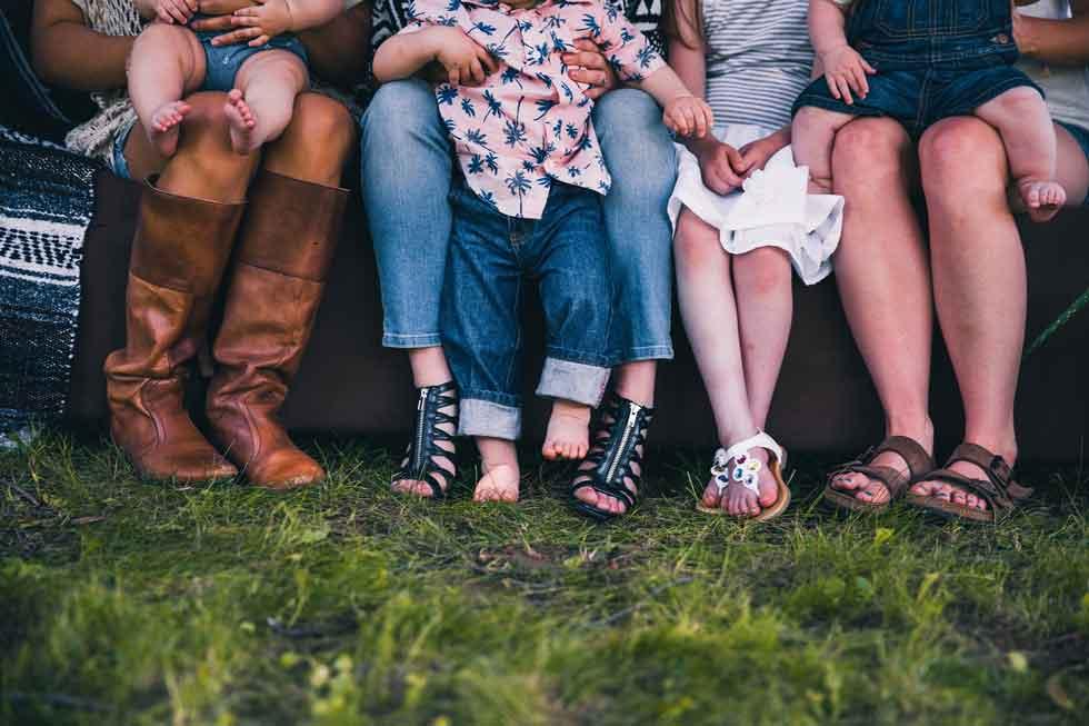 Foto: Beine von einer Gruppe von Frauen und Kindern.