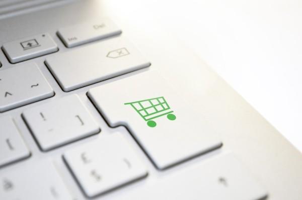 """Foto: Weiße Laptop-Tastatur mit einer grünen """"Warenkorb-Taste"""" anstelle der Enter-Taste"""